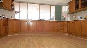 Красивый пол из ламината на кухне