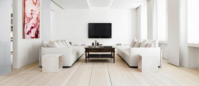 Светлый деревянный пол в гостиной