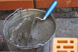 Замес раствора для цементной стяжки по деревянному полу