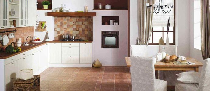 Плиточное напольное покрытие на кухне