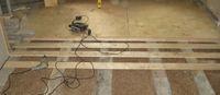 Процесс укладки фанеры на деревянный пол