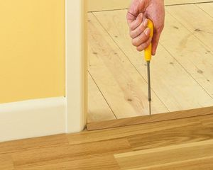 Монтаж порога для плитки и ламината