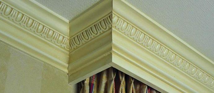 Цветной полиуретановый профиль на потолке