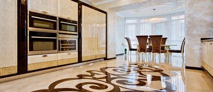 Интерьер просторной кухни с наливным полом